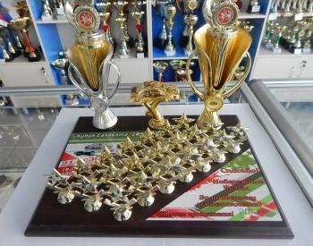 Наградная плакетка с кубками и фигурками